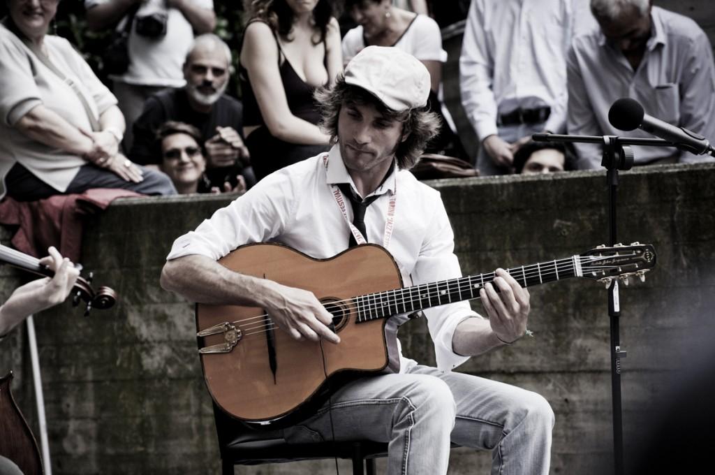 Accordi Disaccordi Dario playing live jazz in Turin with crowd behind him