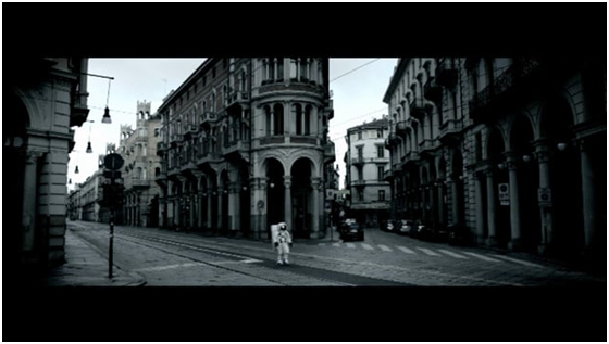 Piedmont sights featured in music videos - Negramaro in Turin in middle of street in front of Baroque building